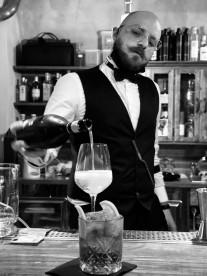 Nicola Righi titolare e barman del Santeria the Old Twenties cocktail bar di Urbino